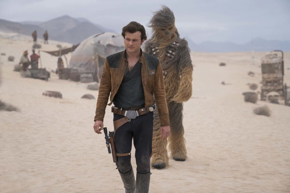 Alden Ehrenreich is Han Solo and Joonas Suotamo is Chewbacca in SOLO: A STAR WARS STORY.(Foto: Lucasfilm)